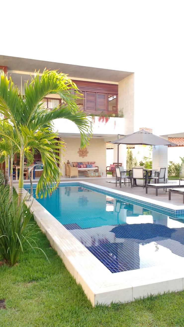 Piscinas de jardín de estilo  por Tânia Póvoa Arquitetura e Decoração, Tropical