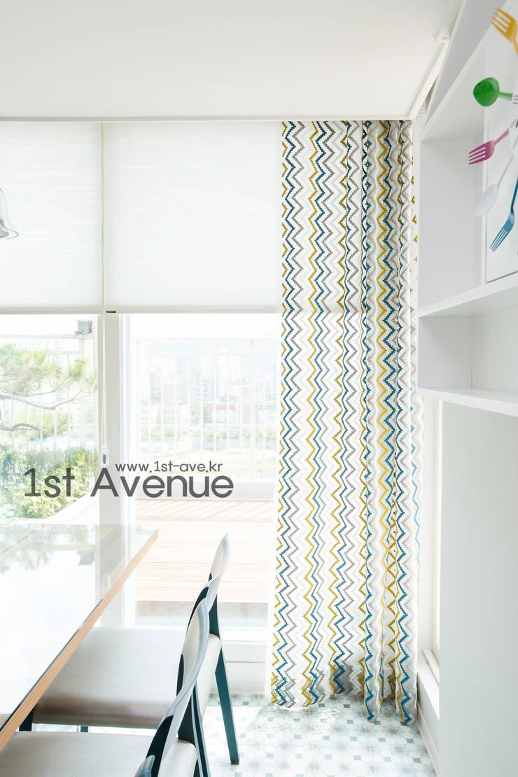 감각적인 패턴과 감성이 있는 인테리어 : 퍼스트애비뉴의  다이닝 룸