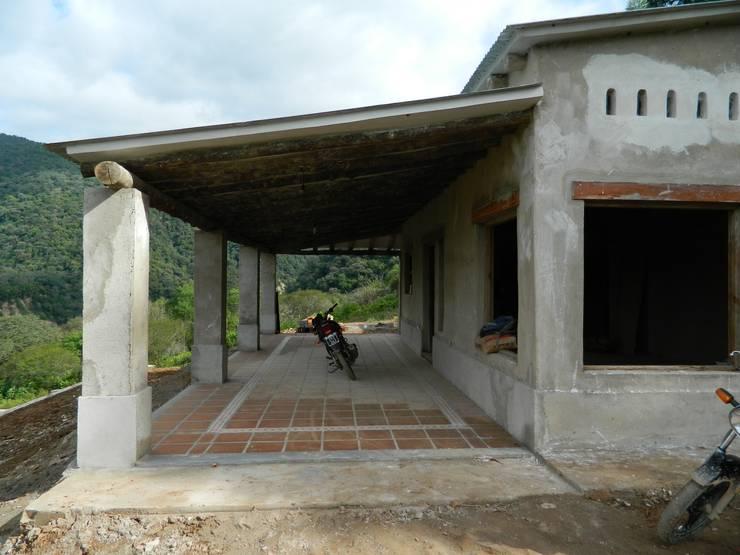 "ARQUITECTURA BIOCLIMATICA ""ECO CIMBRA"" 3: Terrazas de estilo  por FERRER  AGUIRRE ARQUITECTURA+DISEÑO+MUEBLES"