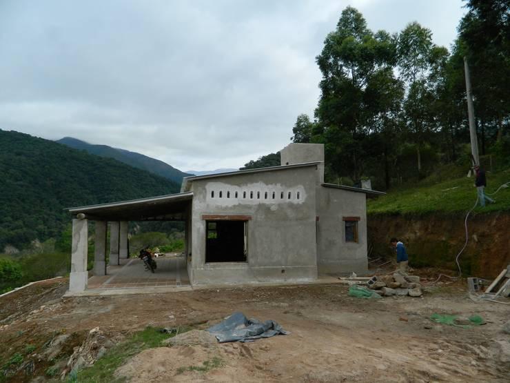 "ARQUITECTURA BIOCLIMATICA ""ECO CIMBRA"" 3: Casas de estilo  por FERRER  AGUIRRE ARQUITECTURA+DISEÑO+MUEBLES"