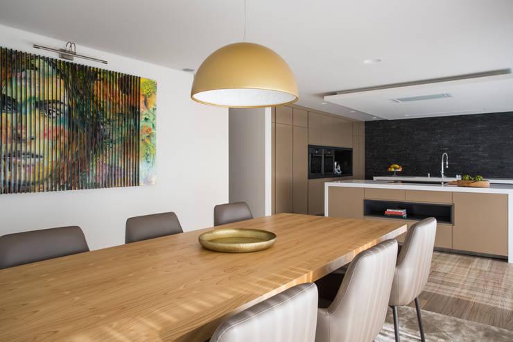 Cocinas de estilo moderno por CASA MARQUES INTERIORES