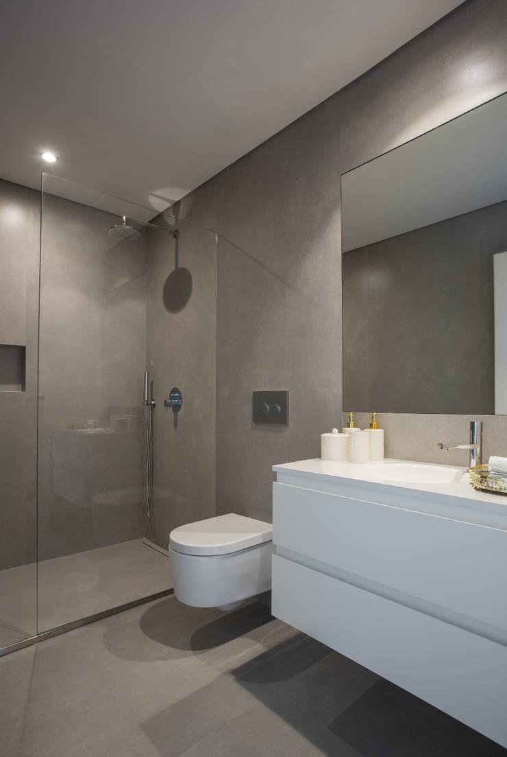 casa banho:   por CASA MARQUES INTERIORES,Moderno Argila