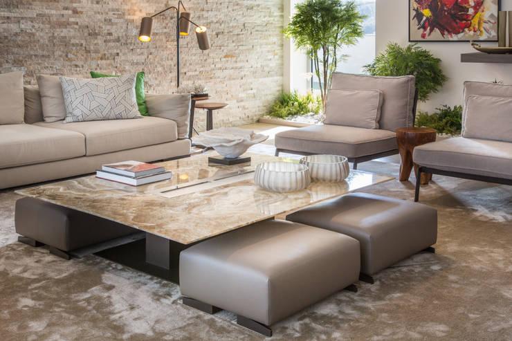 sala de estar com mesa de centro em ônix : Sala de estar  por CASA MARQUES INTERIORES