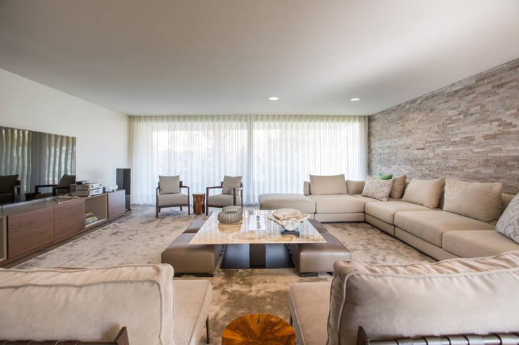 sala completa: Sala de estar  por CASA MARQUES INTERIORES