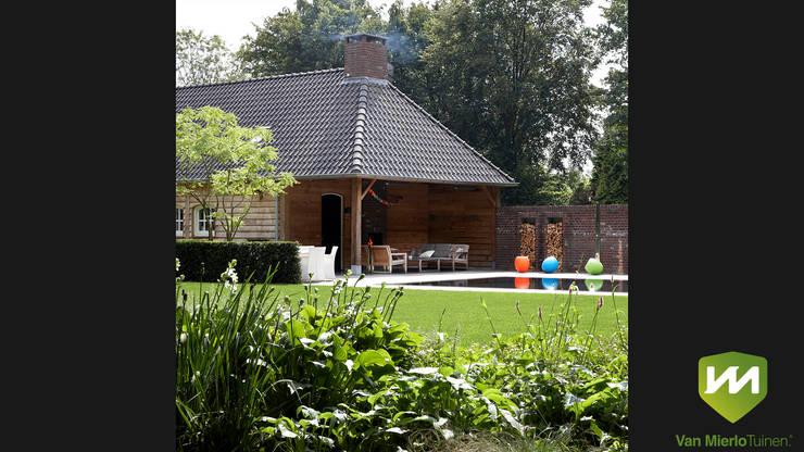 Luxe boerderijtuin met zwembad en vijver:  Tuin door Van Mierlo Tuinen   Exclusieve Tuinontwerpen