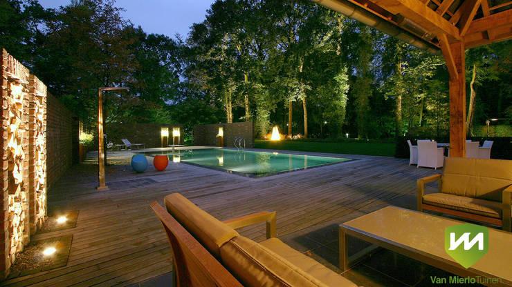 Luxe boerderijtuin met zwembad en vijver:  Zwembad door Van Mierlo Tuinen   Exclusieve Tuinontwerpen