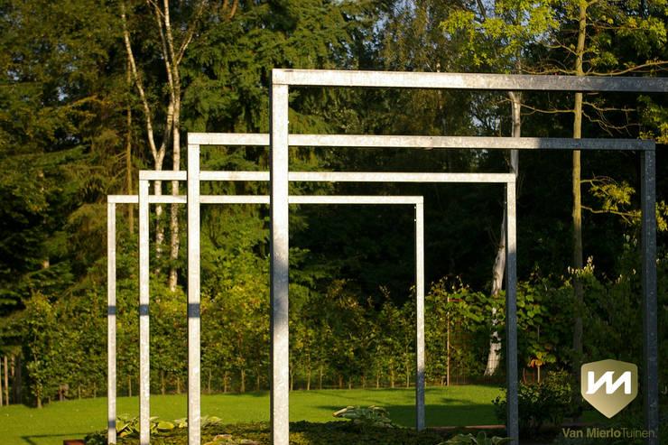 Moderne tuin met zwemvijver en poolhouse:  Tuin door Van Mierlo Tuinen | Exclusieve Tuinontwerpen, Industrieel
