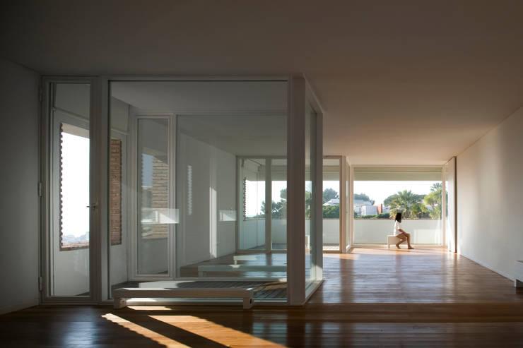 Habitação Unifamiliar no Murtal, Parede: Salas de estar  por Cândido Chuva Gomes - Arquitectos, Lda