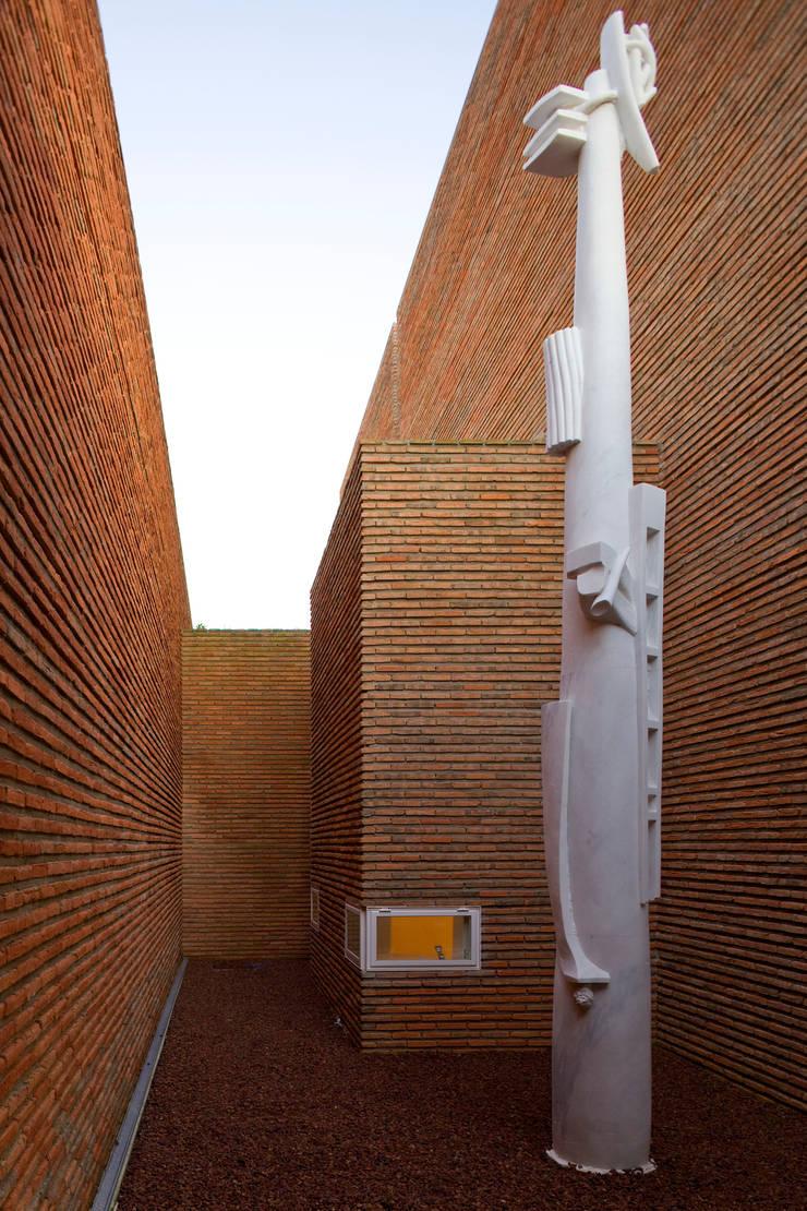 Habitação Unifamiliar no Murtal, Parede: Jardins  por Cândido Chuva Gomes - Arquitectos, Lda