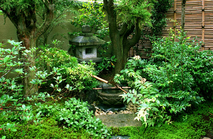 水の動きを楽しむ蹲の庭: Enatsu Garden Architect / 江夏庭苑事務所が手掛けた庭です。