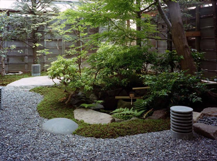 Jardines de estilo  por Enatsu Garden Architect / 江夏庭苑事務所