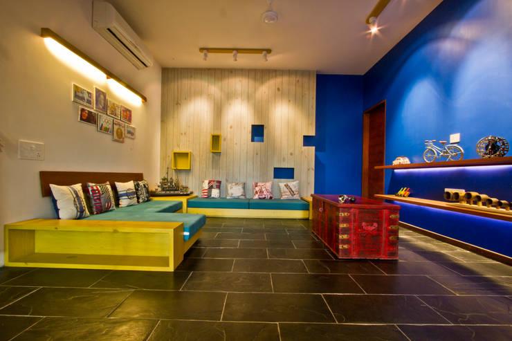 internal lounge: classic Media room by U design studio