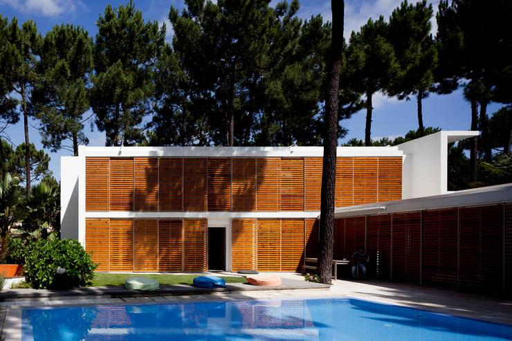 Habitação Unifamiliar na Aroeira: Jardins  por Cândido Chuva Gomes - Arquitectos, Lda