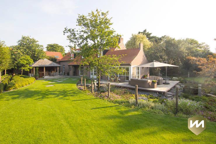 Landelijke achtertuin met stoer paviljoen:  Tuin door Van Mierlo Tuinen | Exclusieve Tuinontwerpen, Landelijk
