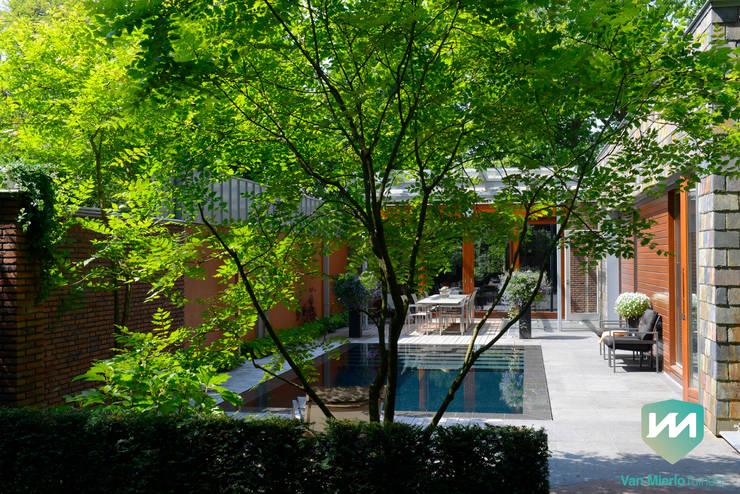 Exclusieve bostuin met waterloop en infinity-pool:  Tuin door Van Mierlo Tuinen | Exclusieve Tuinontwerpen