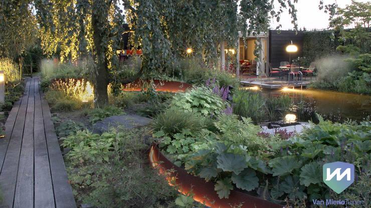 Natuurlijke zwemvijvertuin met buitenverblijf en sauna:  Tuin door Van Mierlo Tuinen | Exclusieve Tuinontwerpen