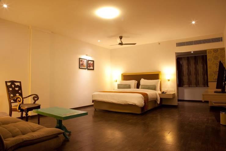 Deluxe room:  Bedroom by Uncut Design Lab