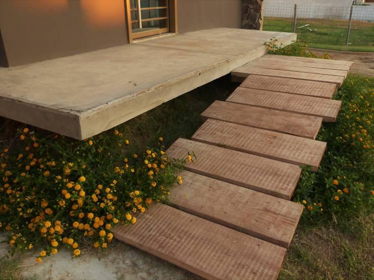 Casa HG: Jardines de estilo moderno por Brarda Roda Arquitectos