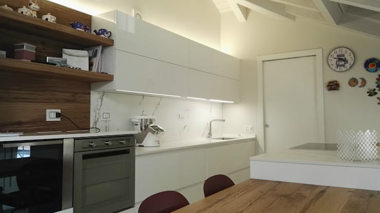 Cucina finitura Bianco laccato Lucido di Key Sbabo Cucine: Cucina in stile  di Formarredo Due design 1967
