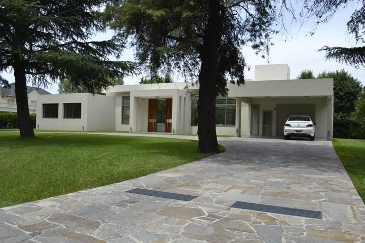 Fachada frente: Casas de estilo moderno por MOLEarquitectura
