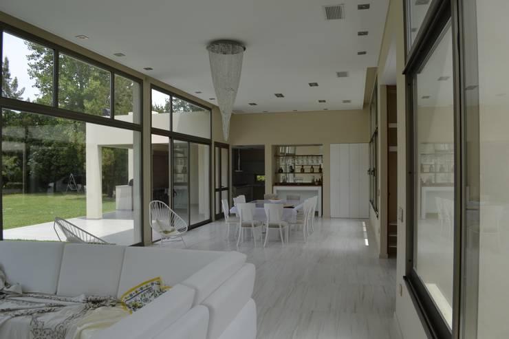 Interior Estar-Comedor: Livings de estilo  por MOLEarquitectura