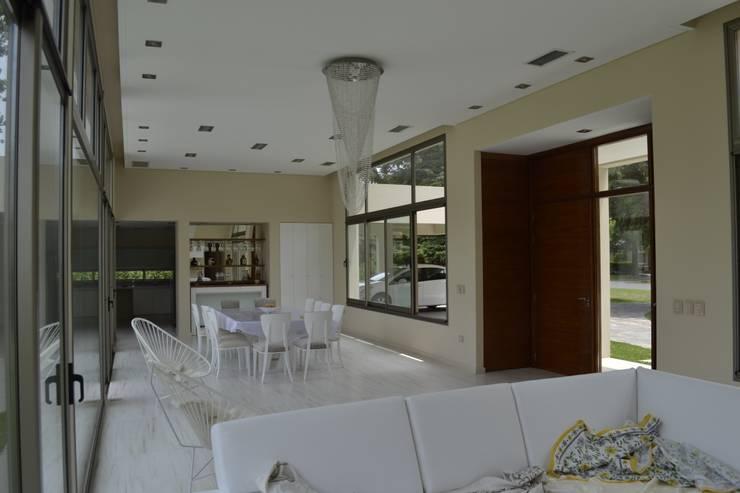 Acceso desde el interior: Livings de estilo  por MOLEarquitectura