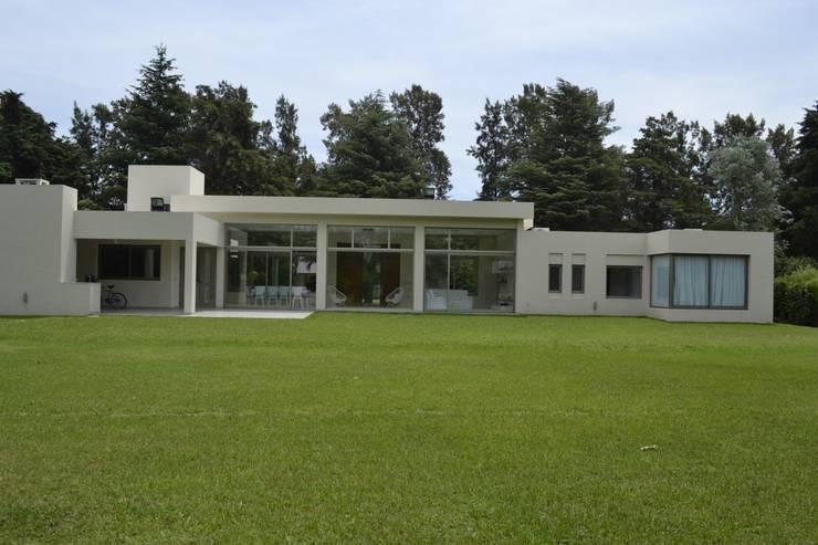 Vista Contrafrente desde el parque: Casas de estilo  por MOLEarquitectura