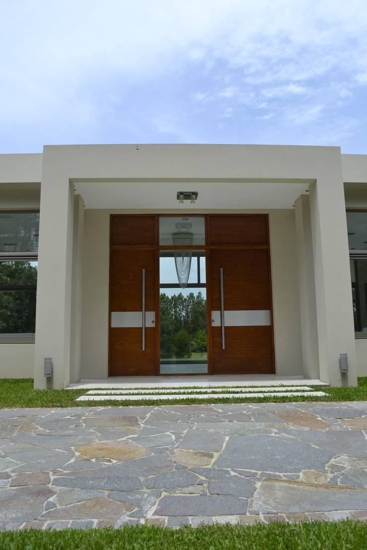 Acceso Central: Casas de estilo  por MOLEarquitectura