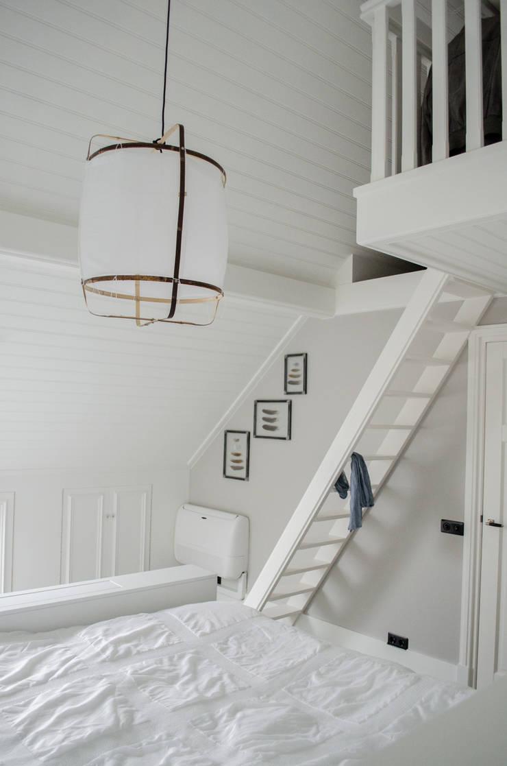 Interieurontwerp bovenverdieping Woonboerderij:  Slaapkamer door Mignon van de Bunt Interieurontwerp, Styling & Realisatie