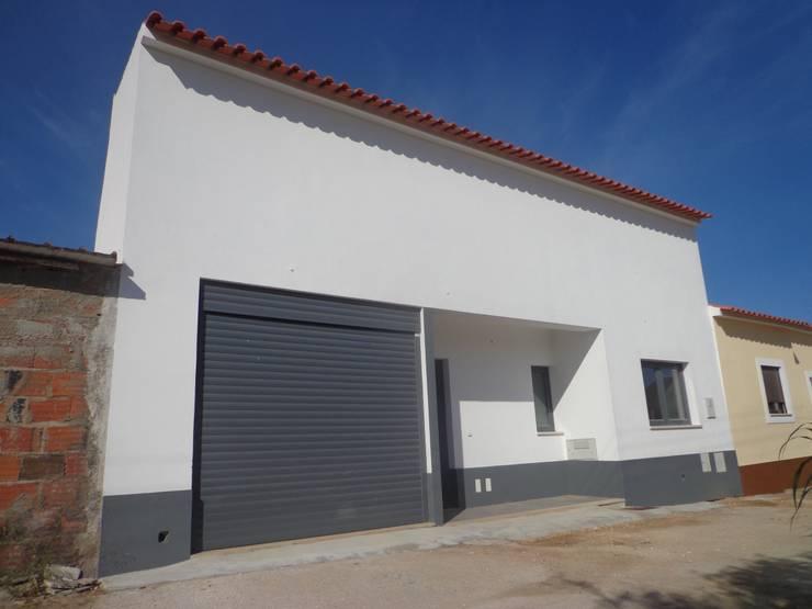 Fachada Principal : Casas  por Arteprumo, LDA