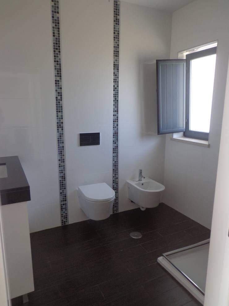 Instalação Sanitária R/C: Casas de banho  por Arteprumo, LDA