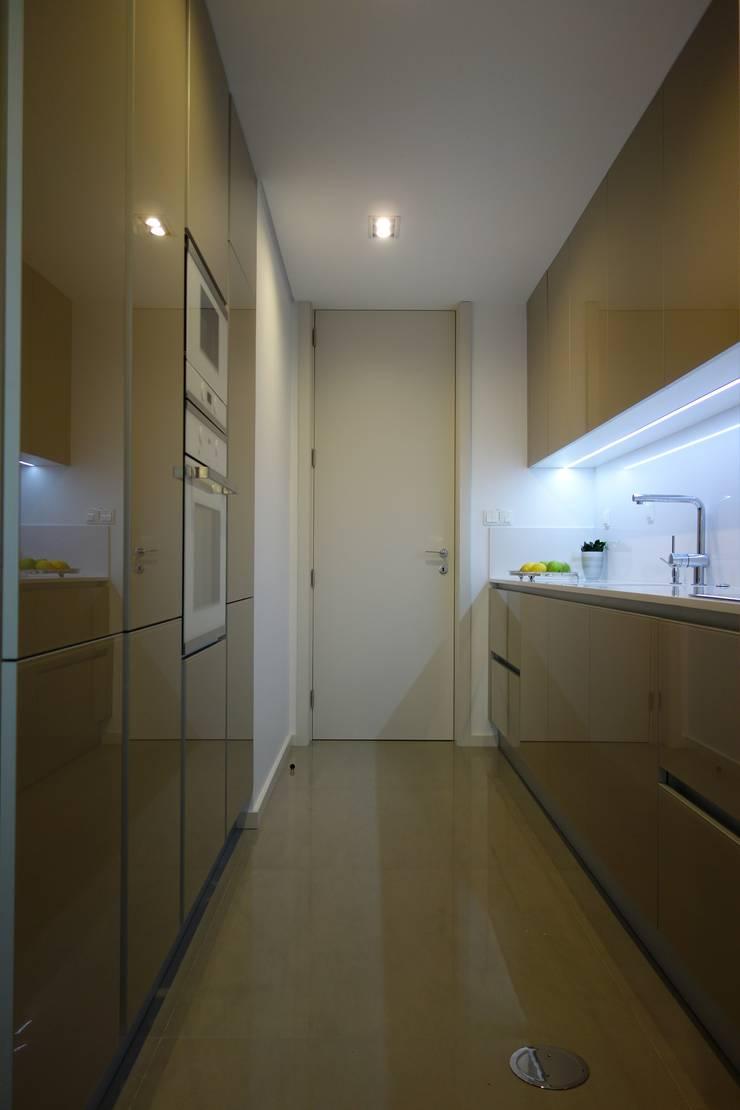 Cozinha em apartamento: Cozinhas  por Grupo Emme Cozinhas