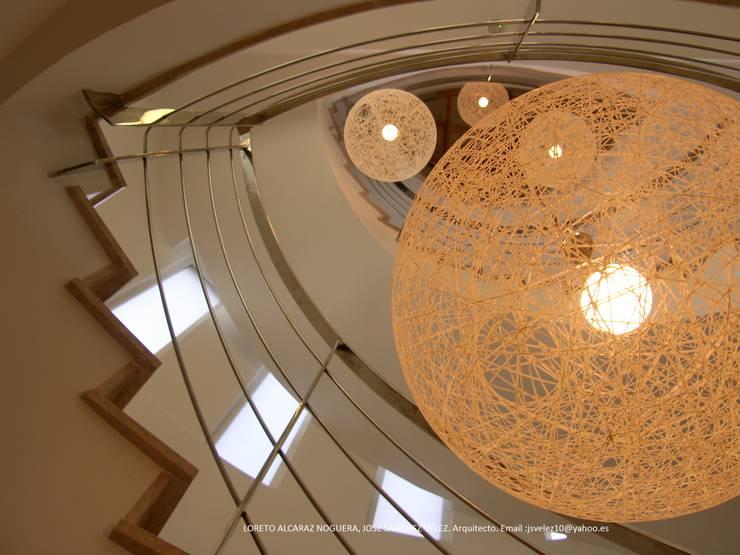 Pasillos, vestíbulos y escaleras  de estilo  por Estudio de Arquitectura, Interiorismo y Urbanismo José Sánchez Vélez  653 77 38 06