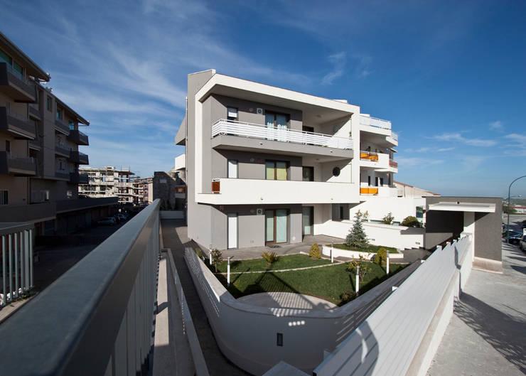Condominio Nautica: Case in stile  di Laboratorio di Progettazione Claudio Criscione Design