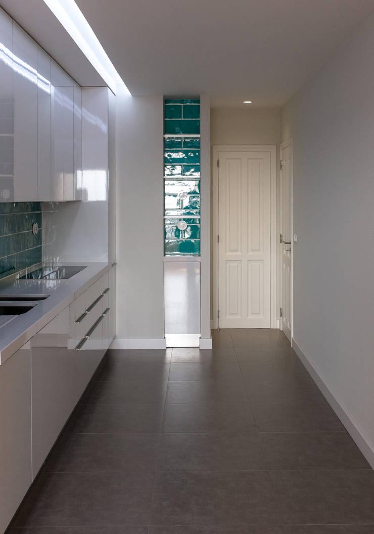 Cozinha -  vista pormenor - depois:   por Commerzn - service provider