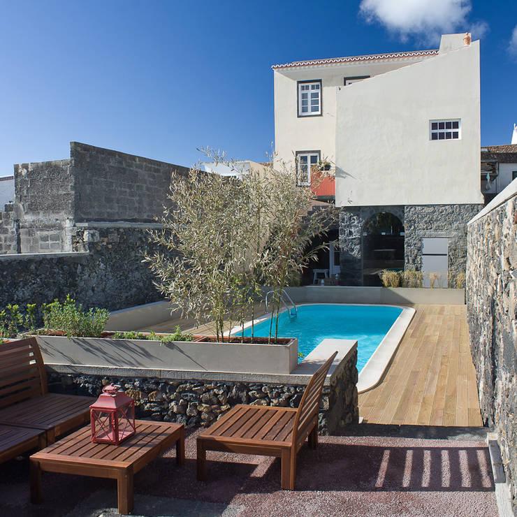 Azorean Urban Lodge: Casas rústicas por ARCO mais - arquitectura e construção