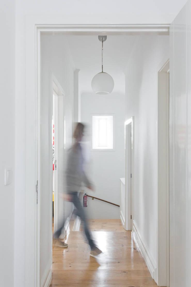 2nd floor corredor: Corredores e halls de entrada  por ARCO mais - arquitectura e construção