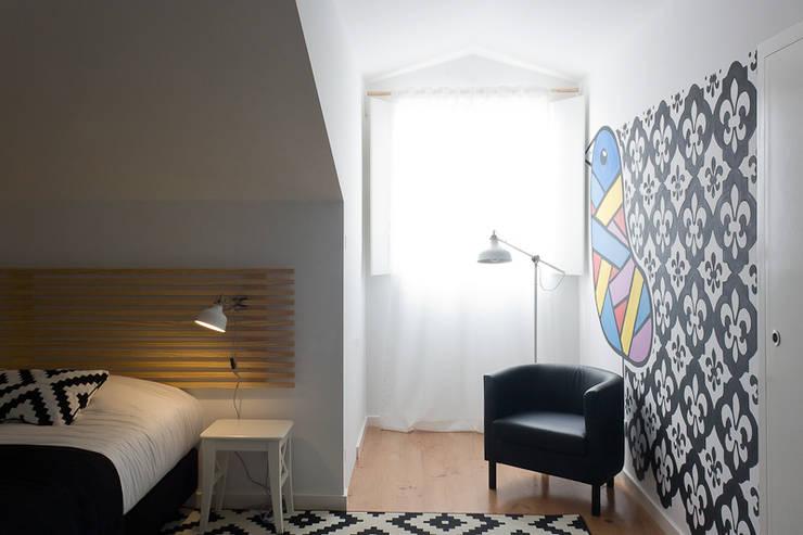 guestroom: Quartos rústicos por ARCO mais - arquitectura e construção