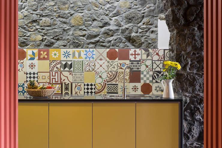 Cozinhas rústicas por ARCO mais - arquitectura e construção