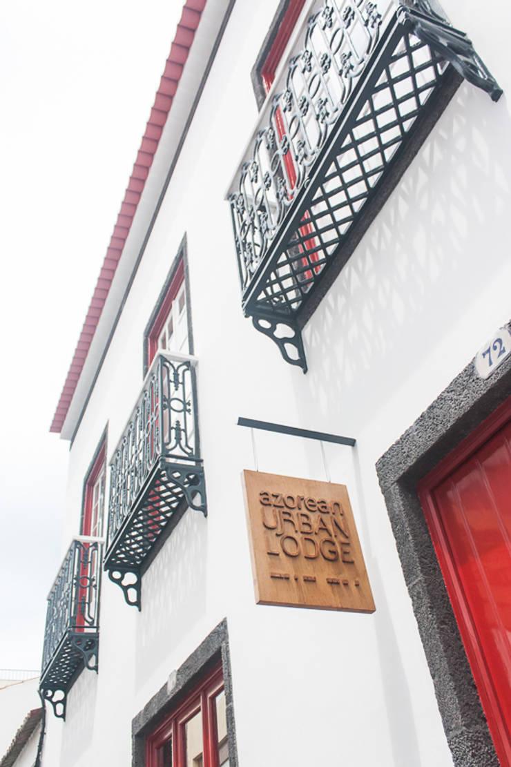 main facade and entrance: Casas  por ARCO mais - arquitectura e construção