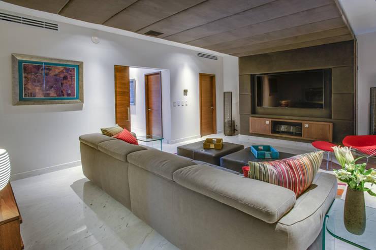 Pent-house LAHIA: Salas multimedia de estilo  por Art.chitecture, Taller de Arquitectura e Interiorismo 📍 Cancún, México.
