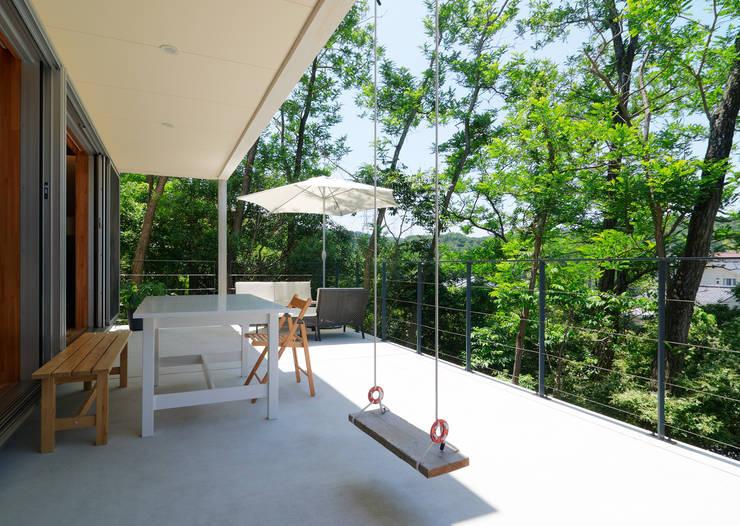 Terrasse de style  par coil松村一輝建設計事務所