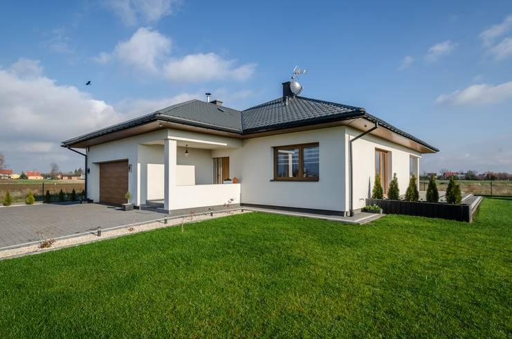 Maisons de plain-pied de style  par Biuro Projektów MTM Styl - domywstylu.pl