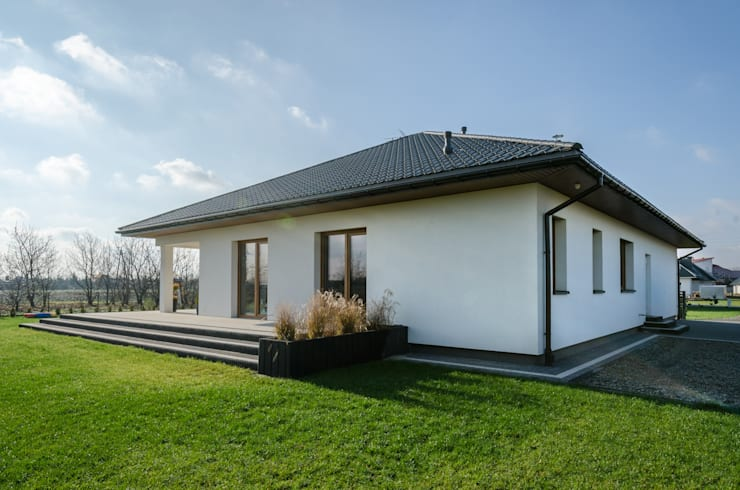 Bungalows in stile  di Biuro Projektów MTM Styl - domywstylu.pl