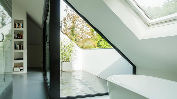 Verbouwing zolder tot luxe slaapkamer met open badkamer, studie en loggia met zicht op het bos: moderne Badkamer door Joep van Os Architectenbureau