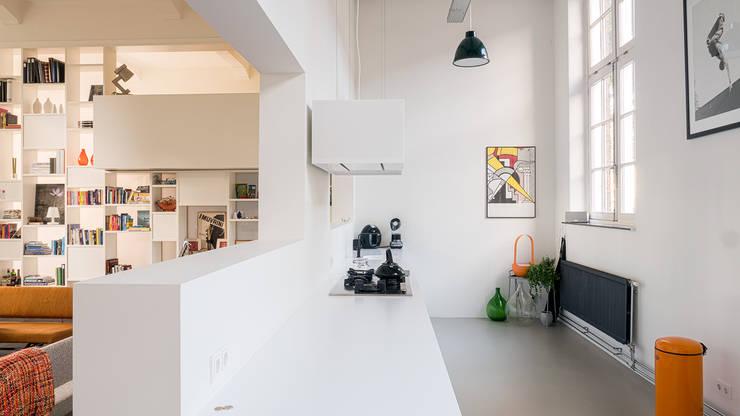 Interieur woning in school met XXL kast met taatsdeur, studie en nieuwe keuken:  Keuken door Joep van Os Architectenbureau