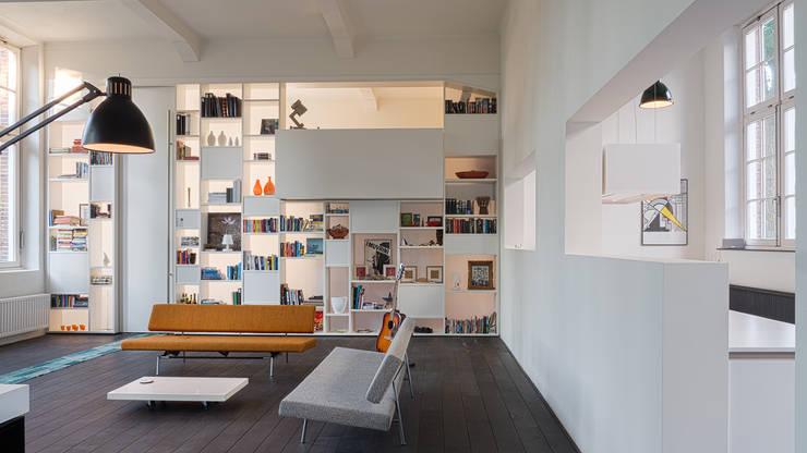 Interieur woning in school met XXL kast met taatsdeur, studie en nieuwe keuken:  Woonkamer door Joep van Os Architectenbureau