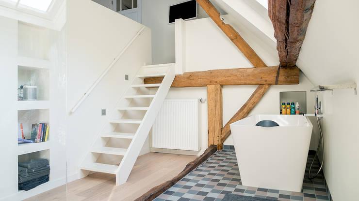 Herindeling woonboerderij met behoud van oude spanten, luxe woonkeuken en open slaapkamer met badkamer in zolder:  Badkamer door Joep van Os Architectenbureau, Modern