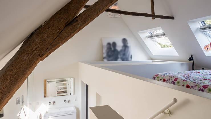 Herindeling woonboerderij met behoud van oude spanten, luxe woonkeuken en open slaapkamer met badkamer in zolder: moderne Slaapkamer door Joep van Os Architectenbureau
