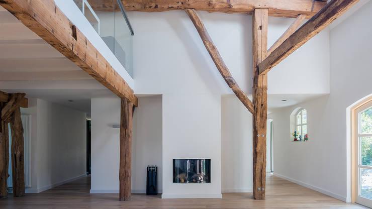 Herindeling woonboerderij met behoud van oude spanten, luxe woonkeuken en open slaapkamer met badkamer in zolder:  Woonkamer door Joep van Os Architectenbureau, Modern
